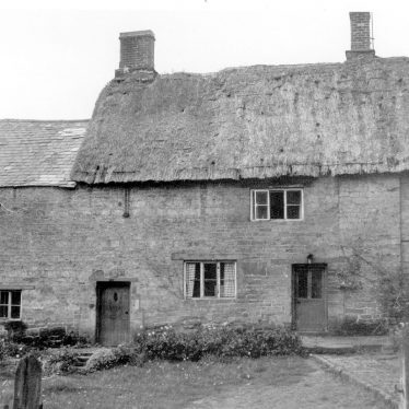 Ratley.  Thatched cottages
