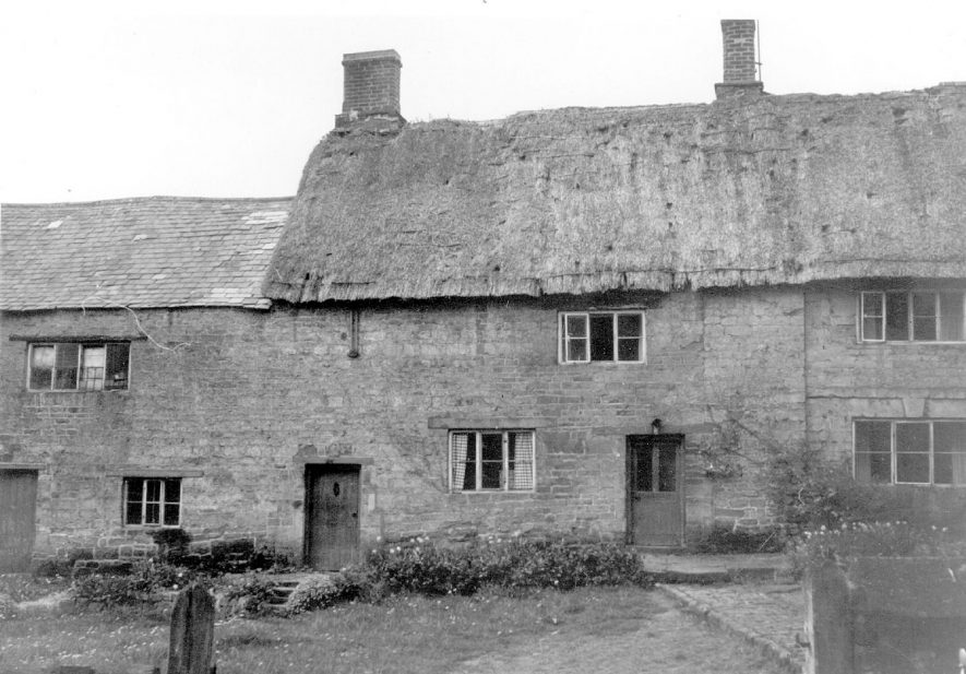 A row of cottages or possibly a farm house, Ratley.  1960s |  IMAGE LOCATION: (Warwickshire County Record Office)