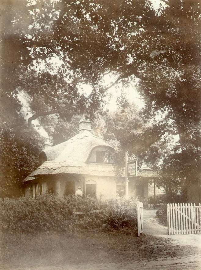 The thatched tea house, Caplow Hill, Sherbourne. 1900s    IMAGE LOCATION: (Warwickshire County Record Office)