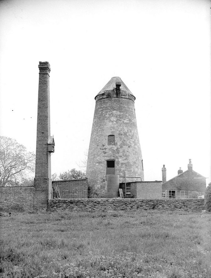 Southam windmill.  1940    IMAGE LOCATION: (Warwickshire County Record Office)