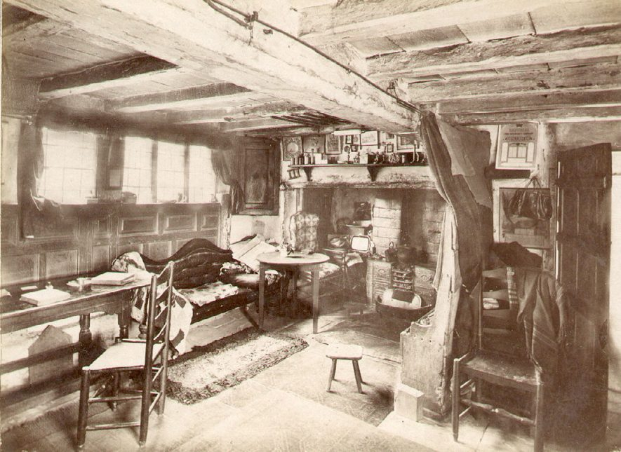 Anne Hathaway's Cottage interior, Shottery, showing the Parlour.  1900s    IMAGE LOCATION: (Warwickshire County Record Office)