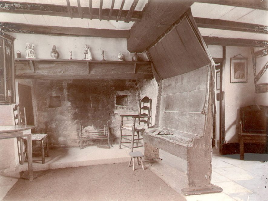 Anne Hathaway's Cottage interior, Shottery, showing the Parlour and the Old Settle.  1900s    IMAGE LOCATION: (Warwickshire County Record Office)