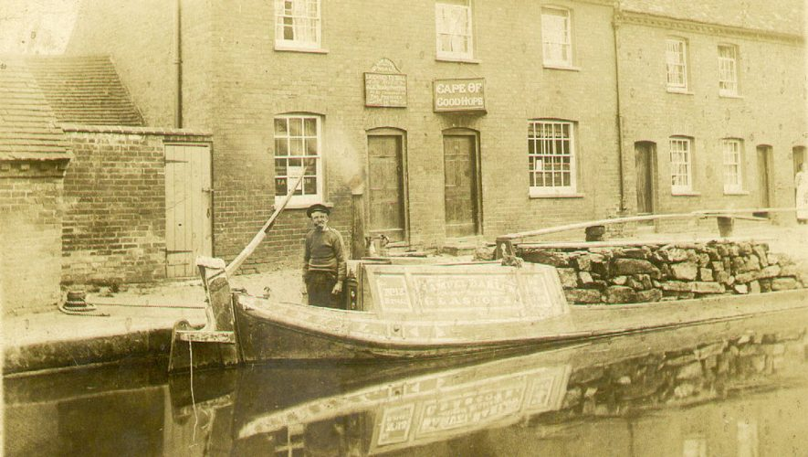 A barge on the Grand Union canal in front of the Cape of Good Hope public house, Warwick.  1910s |  IMAGE LOCATION: (Warwickshire County Record Office)