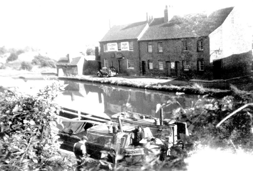 The Cape of Good Hope public house & barges on the Grand Union canal, Warwick. 1950s |  IMAGE LOCATION: (Warwickshire County Record Office)