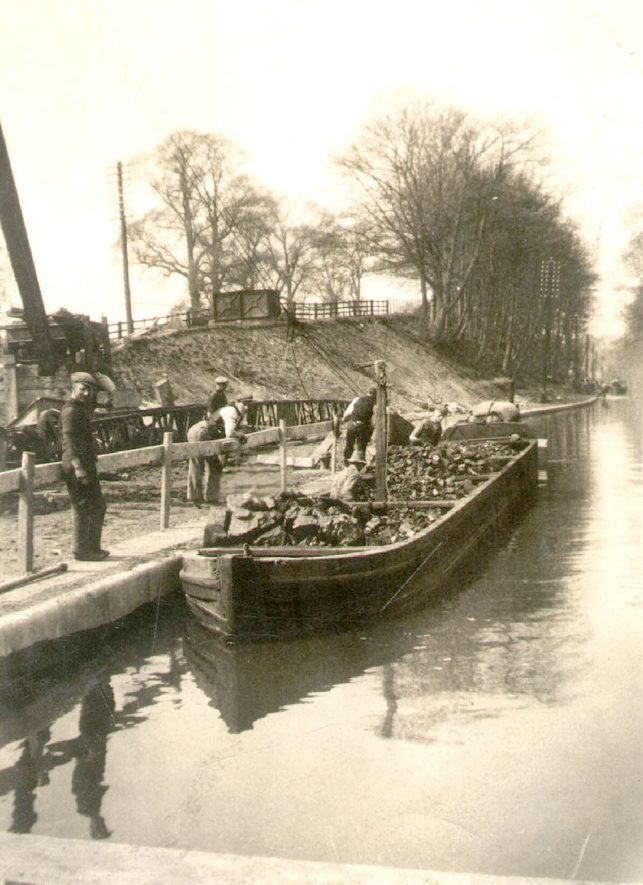 Laden barge on the Grand Union canal, Warwick.  1950s |  IMAGE LOCATION: (Warwickshire County Record Office)
