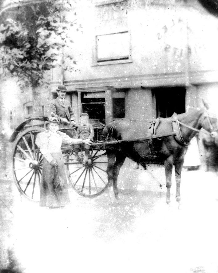 Family in a horse drawn carriage, Warwick.  c.1880 |  IMAGE LOCATION: (Warwickshire County Record Office) IMAGE DATE: (c.1880)