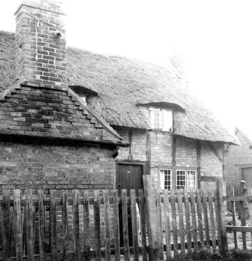 Houses in School Lane, Wellesbourne.  1960s |  IMAGE LOCATION: (Warwickshire County Record Office)