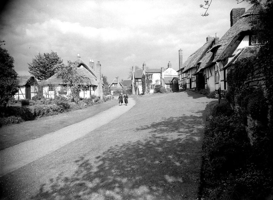 Welford on Avon.  Thatched timbered cottages |  IMAGE LOCATION: (Warwickshire County Record Office)