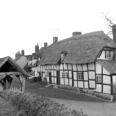 Welford on Avon. Cottage and lychgate