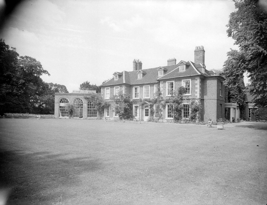 Wellesbourne. Wellesbourne Hall.  Rear of house and lawns    IMAGE LOCATION: (Warwickshire County Record Office)