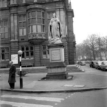 Leamington Spa.  Statue of Queen Victoria