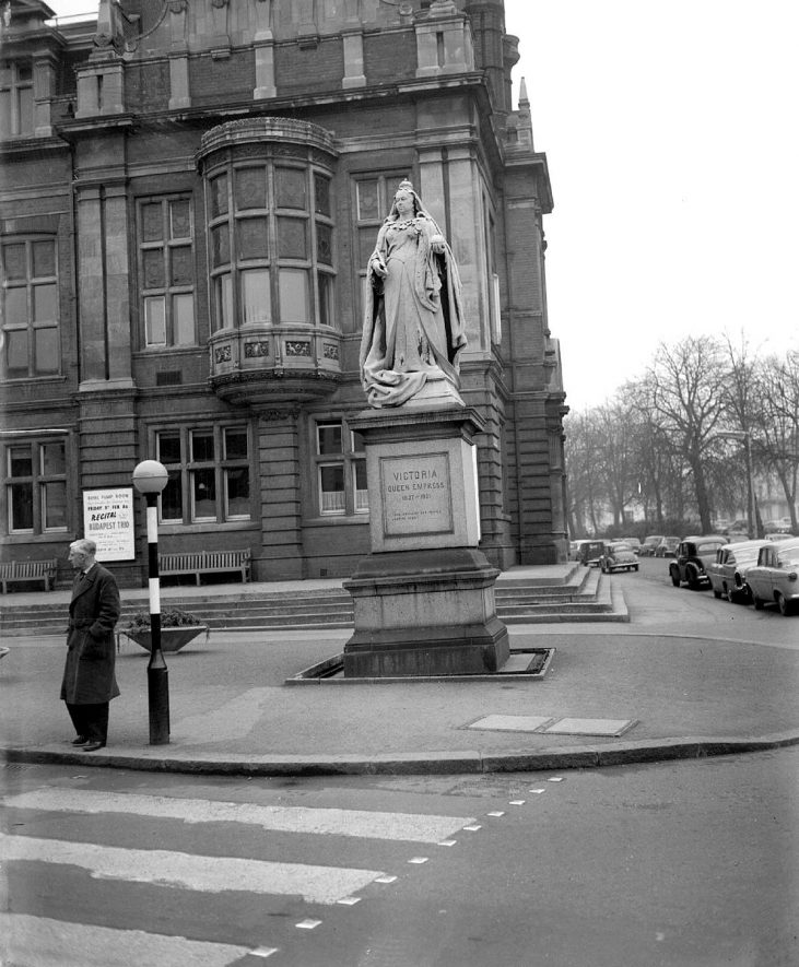Leamington Spa Statue of Queen Victoria in The Parade outside the Town Hall |  IMAGE LOCATION: (Warwickshire County Record Office)
