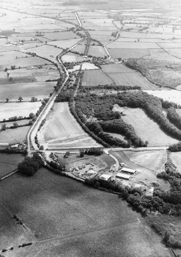 Aerial view from the east of Stockton Locks, showing canal and the disused railway.  1991 |  IMAGE LOCATION: (Warwickshire Museum Sites and Monuments Record)