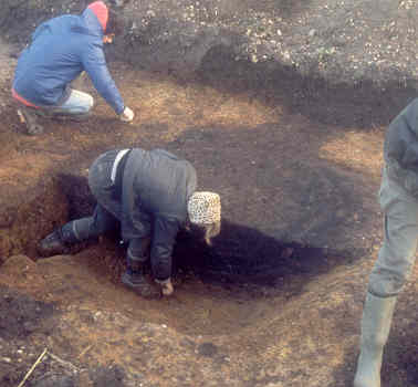Excavation of one of the pits in a Prehistoric pit alignment, Church Lawford | Warwickshire County Council