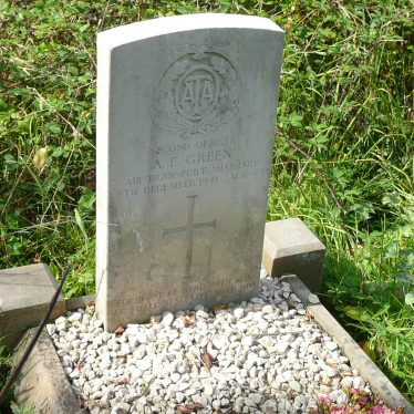 The only Commonwealth war grave in the churchyard of Church of St James, Old Milverton. 2017. | Image courtesy of William Arnold