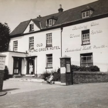 The Old Bowling Green Hotel, Warwick. A family photograph taken in the late 1940s. | Image courtesy of Susan Dyke