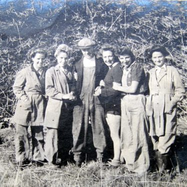 Harold Taylor with five Land Army girls at Bickmarsh Hall farm, 1940s. | Image courtesy of Joan Broscomb