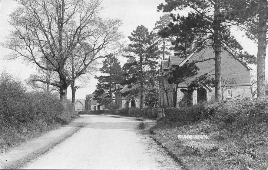Hunningham. Almshouses c. 1910.   Image courtesy of Pam Taylor