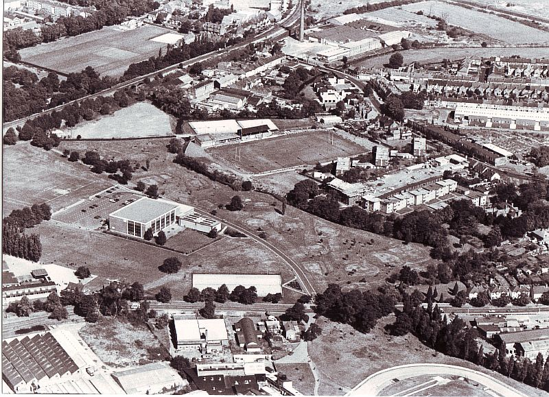 Avenue Road, Nuneaton. Aerial view showing grassland bordered by trees next to buildings and sports ground   Image courtesy of Nuneaton and Bedworth Borough Council, supplied by Nuneaton Memories