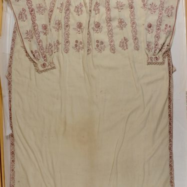 Man's linen shirt, c. 1600 to 1620. Full view | Image courtesy of Warwickshire Museum