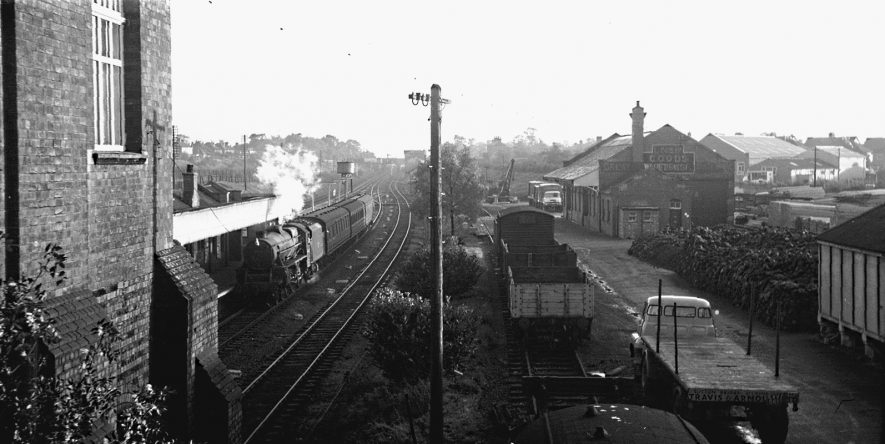 Afternoon local train arriving at Rugby Central from Woodford Halse. | Image courtesy of the Tony Newman collection