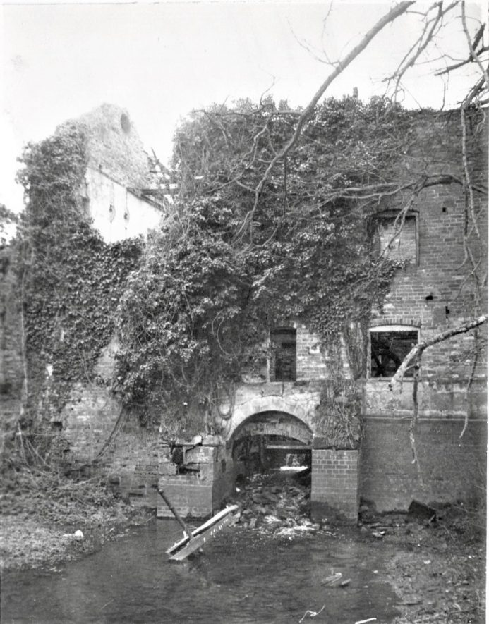 Southam. Stoneythorpe Mill, February 1971. The tail arch in the downstream wall of the mill, with ivy growing over the wall. | Image courtesy of June Booth