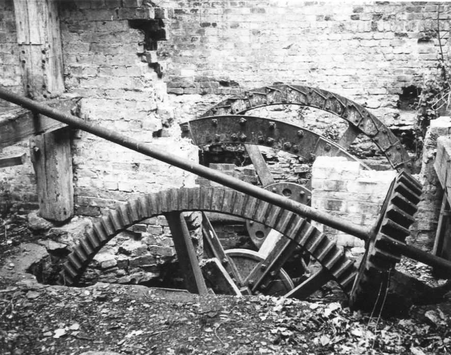 Southam. Stoneythorpe Mill. February 1971. The pit wheel and the wallower on the iron upright shaft. | Image courtesy of June Booth